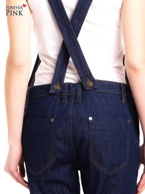 Granatowe ogrodniczki jeansowe z kieszeniami                                  zdj.                                  6