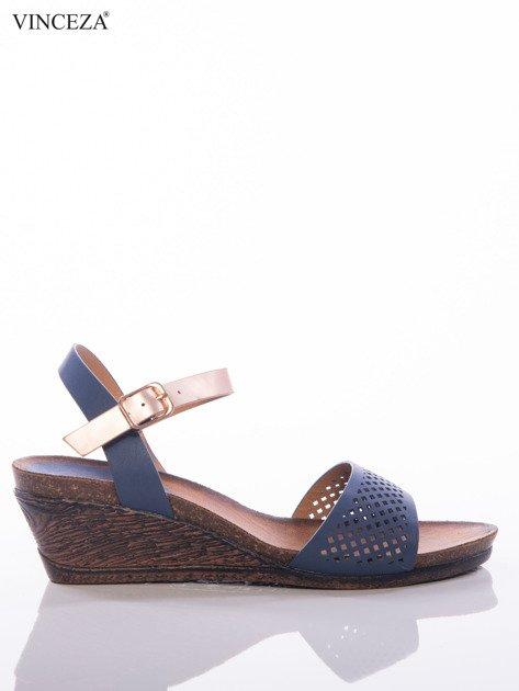 Granatowe sandały Vinceza na koturnach z ażurowym przodem i perłoworóżowym paskiem                              zdj.                              1