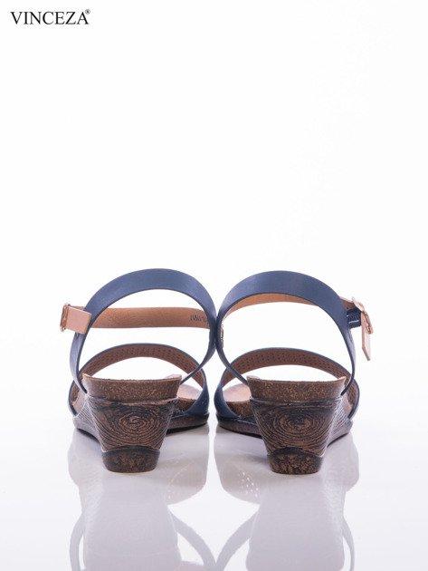 Granatowe sandały Vinceza na koturnach z ażurowym przodem i perłoworóżowym paskiem                              zdj.                              3