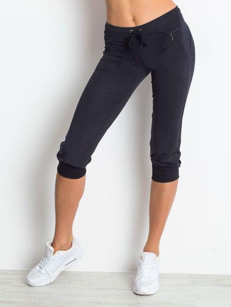 Granatowe spodnie capri z kieszonką                                  zdj.                                  1