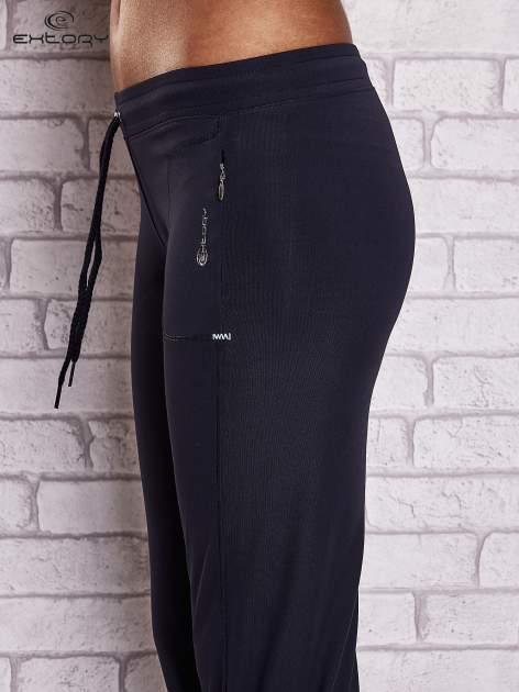 Granatowe spodnie capri z wszytą kieszonką                                  zdj.                                  5