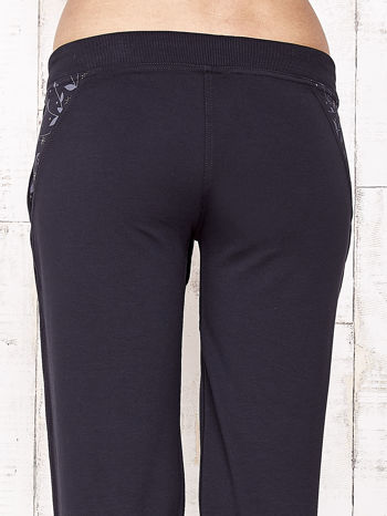 Granatowe spodnie dresowe capri z kwiatowymi kieszeniami                                  zdj.                                  7
