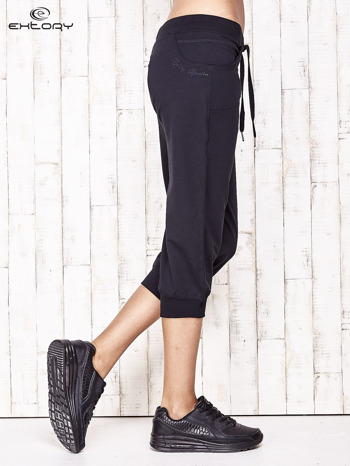 Granatowe spodnie dresowe capri ze ściągaczami na dole                                  zdj.                                  3