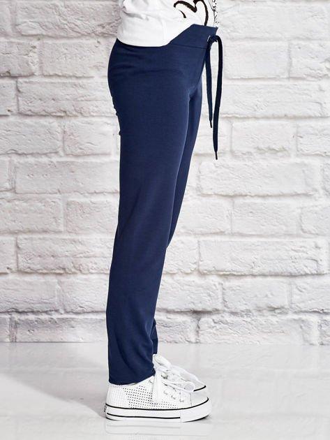 Granatowe spodnie dresowe dla dziewczynki z emotikonami                              zdj.                              3