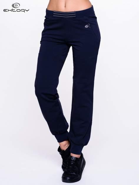 Granatowe spodnie dresowe z elastyczną gumką w pasie PLUS SIZE