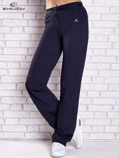Granatowe spodnie dresowe z guziczkami                                  zdj.                                  1