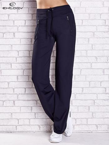 Granatowe spodnie dresowe z kieszeniami i przeszyciami                                  zdj.                                  1