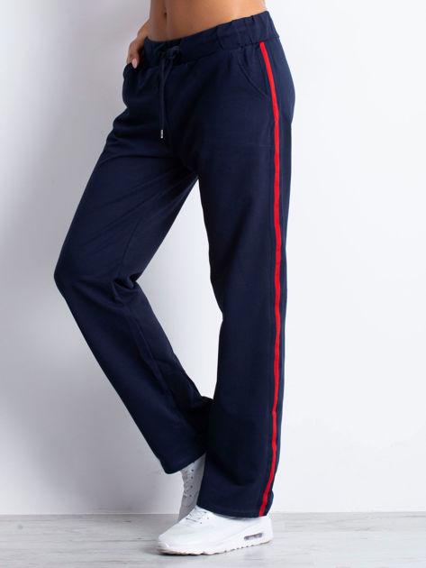 Granatowe spodnie dresowe z lampasami                              zdj.                              7