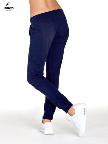 Granatowe spodnie dresowe z nogawką ze ściągaczem                                  zdj.                                  3