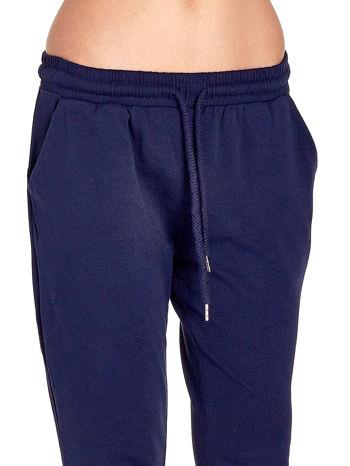 Granatowe spodnie dresowe z powijaną nogawką                                  zdj.                                  4