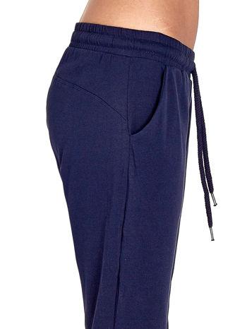 Granatowe spodnie dresowe z powijaną nogawką                                  zdj.                                  5