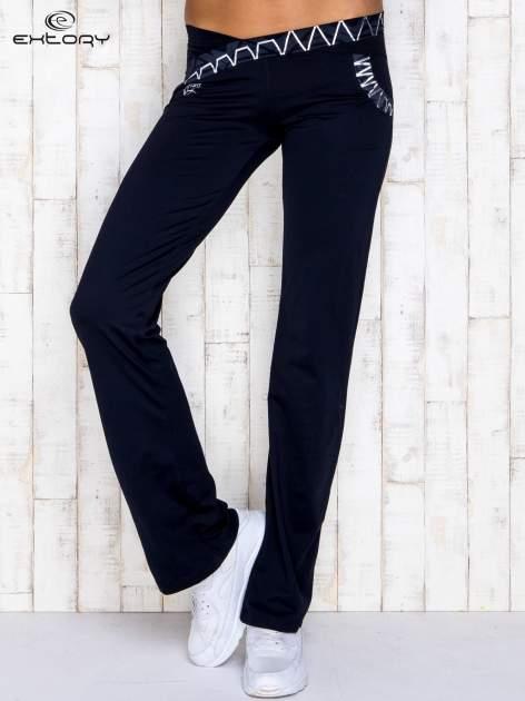 Granatowe spodnie dresowe z srebrnymi wstawkami                                  zdj.                                  1