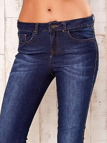 Granatowe spodnie jeansowe slim                                  zdj.                                  4