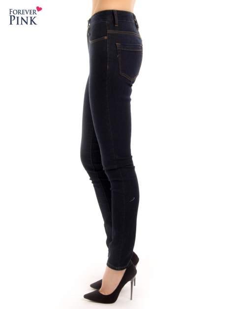 Granatowe spodnie jeansowe z wysokim stanem                                  zdj.                                  4