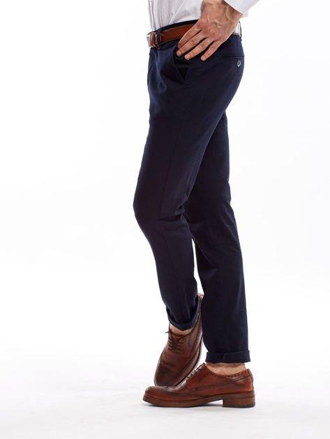 Granatowe spodnie męskie chinosy o prostym kroju                              zdj.                              10