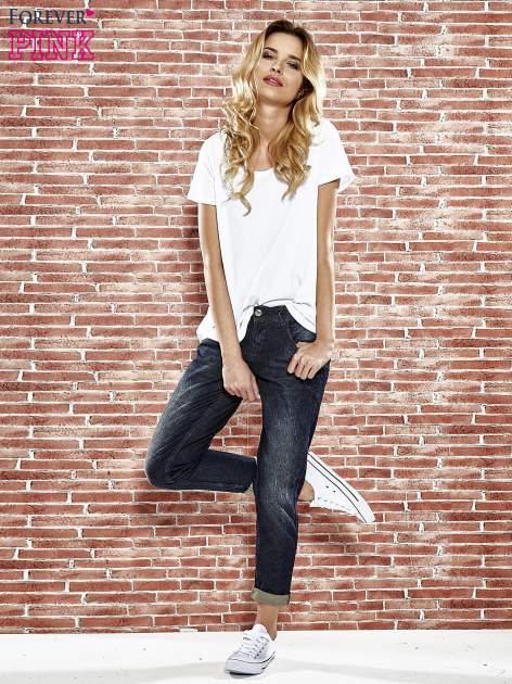 Granatowe spodnie regular jeans z tłoczeniem przy kieszeniach                                  zdj.                                  7