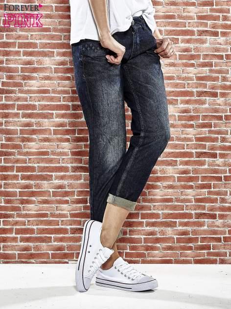 Granatowe spodnie regular jeans z tłoczeniem przy kieszeniach                                  zdj.                                  1