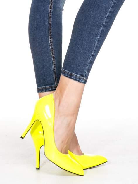 Granatowe spodnie skinny jeans z przecieraną nogawką z przodu                              zdj.                              6