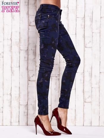 Granatowe spodnie skinny z motywem moro                                  zdj.                                  3