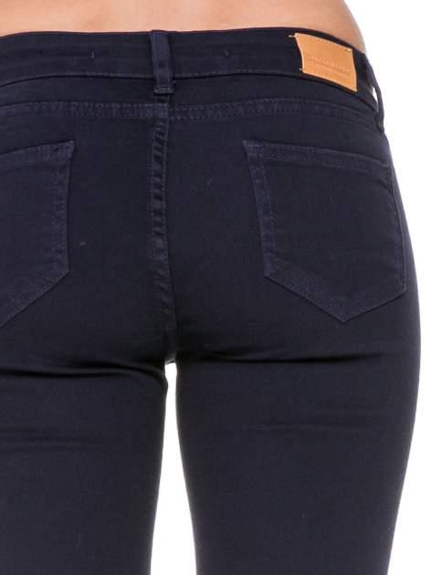 Granatowe spodnie typu skinny z elastycznego materiału                                  zdj.                                  6