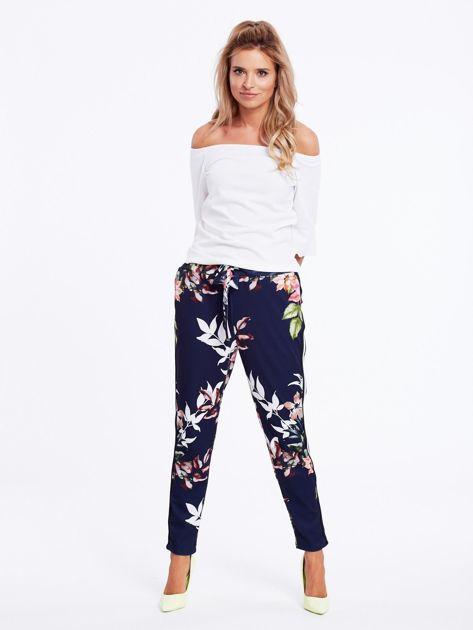 Granatowe spodnie w kwiaty z lampasami                              zdj.                              4