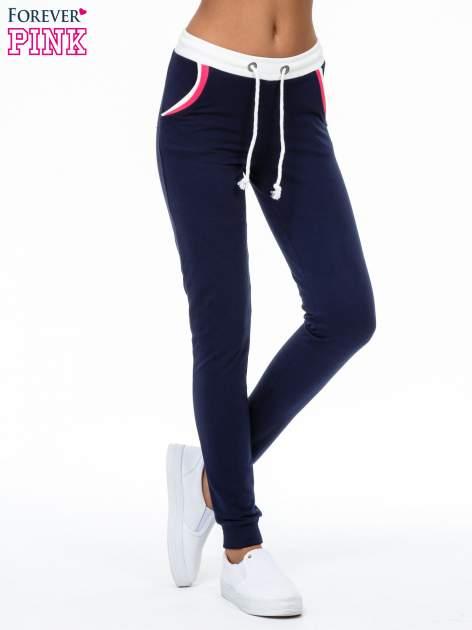 Granatowe spodnie z kolorowym akcentem przy kieszeniach                                  zdj.                                  1