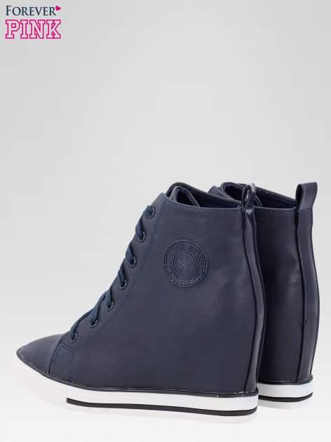 Granatowe trampki na koturnie w stylu sneakersów                                  zdj.                                  5