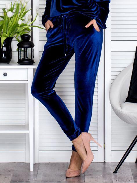 Granatowe welurowe spodnie dresowe o prostym kroju                               zdj.                              1