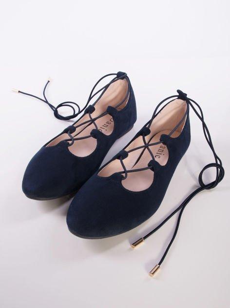 Granatowe zamszowe baleriny wiązane wokół kostki elastyczną gumką