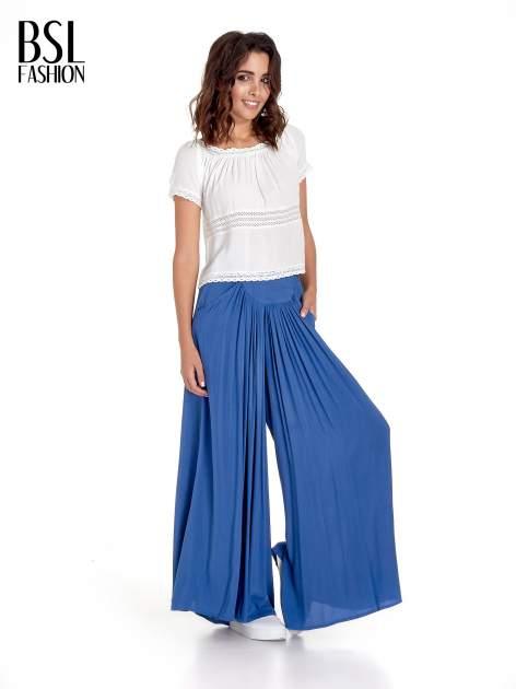 Granatowe zwiewne spodnie typu culottes                                  zdj.                                  2