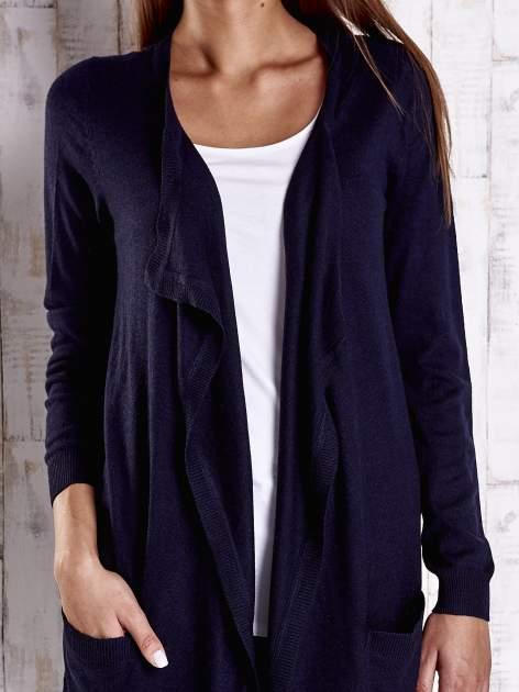Granatowy długi niezapinany sweter z kieszeniami                                  zdj.                                  5