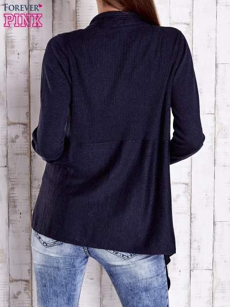 Granatowy długi sweter z wykończeniem w prążki                                  zdj.                                  4