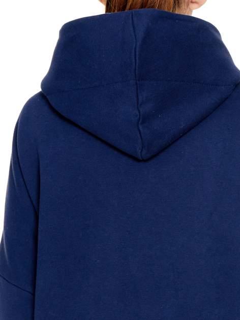 Granatowy dresowy płaszcz z kapturem i kieszeniami                                  zdj.                                  7