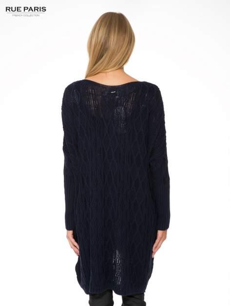 Granatowy dziergany długi sweter o kroju oversize                                  zdj.                                  4