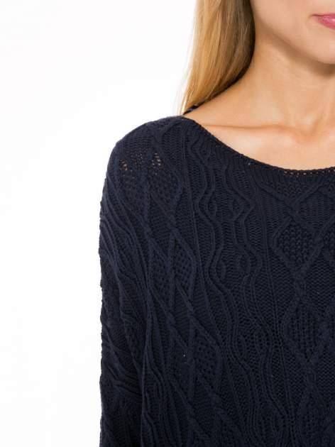 Granatowy dziergany długi sweter o kroju oversize                                  zdj.                                  6