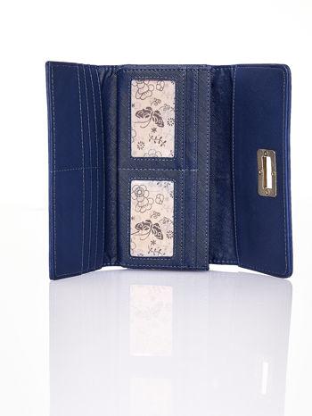 Granatowy fakturowany portfel ze stylizowanym zapięciem                                   zdj.                                  4
