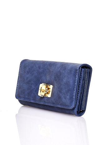 Granatowy fakturowany portfel ze stylizowanym zapięciem                                   zdj.                                  3