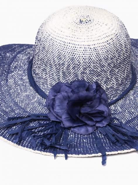 Granatowy kapelusz słomiany z dużym rondem i kwiatem                                  zdj.                                  7