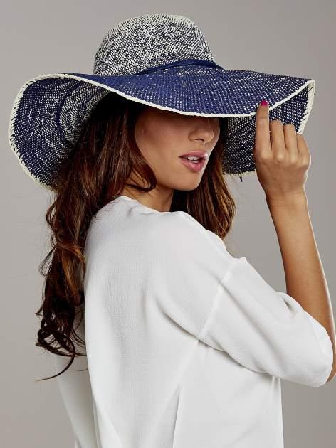 Granatowy kapelusz słomiany z dużym rondem i kwiatem                                  zdj.                                  3