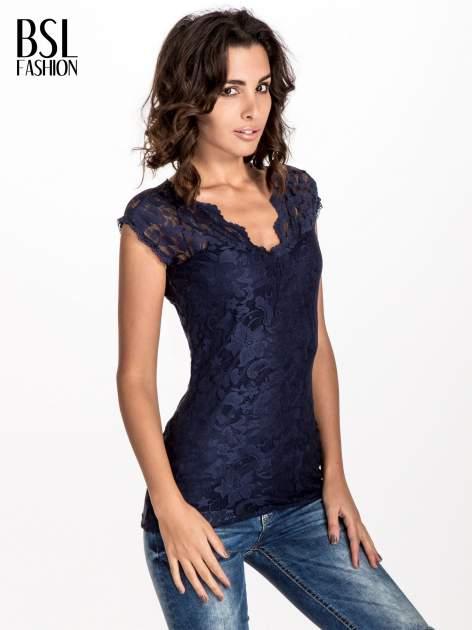 Granatowy koronkowy t-shirt z głębokim dekoltem                                  zdj.                                  1