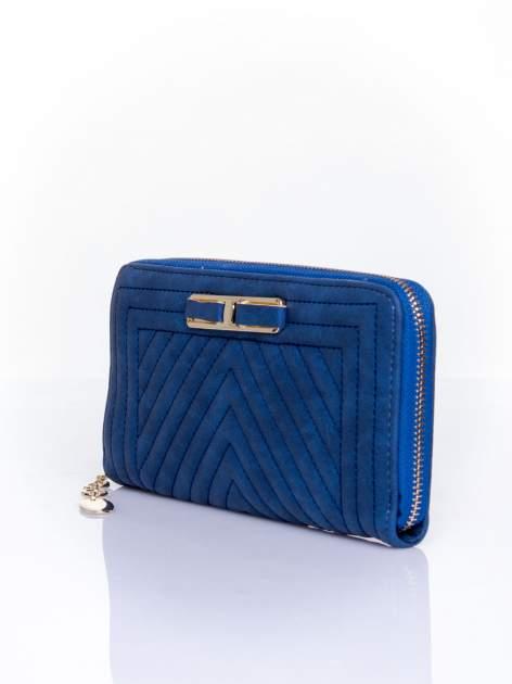 Granatowy pikowany portfel z ozdobną klamerką                                  zdj.                                  3