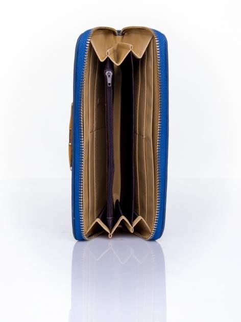 Granatowy pikowany portfel z ozdobną klamerką                                  zdj.                                  4