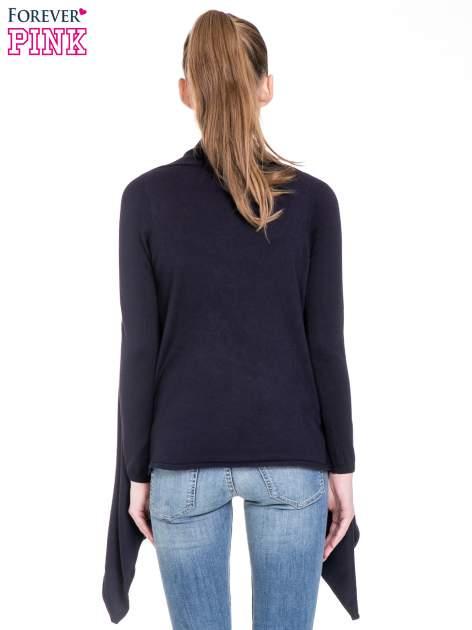 Granatowy sweter narzutka z kaskadowymi bokami                                  zdj.                                  4