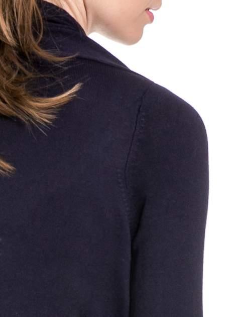 Granatowy sweter narzutka z kaskadowymi bokami                                  zdj.                                  5