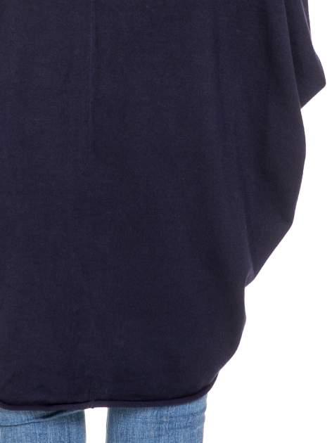 Granatowy sweter narzutka z nietoperzowymi rękawami                                  zdj.                                  8