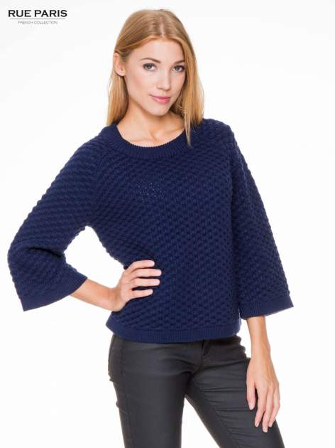 Granatowy sweter o bąbelkowej fakturze