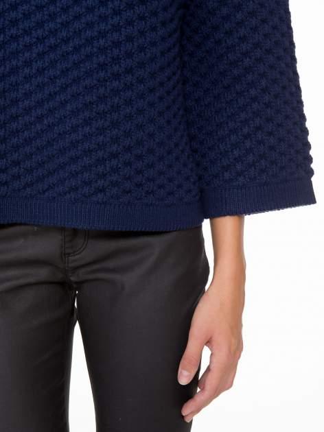 Granatowy sweter o bąbelkowej fakturze                                  zdj.                                  6