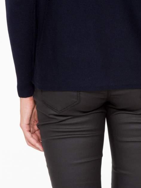 Granatowy sweter o nietoperzowym kroju z cekinową aplikacją na rękawach                                  zdj.                                  11
