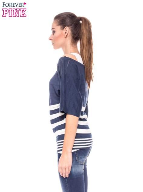 Granatowy sweter w paski z szerokim dekoltem                                  zdj.                                  3