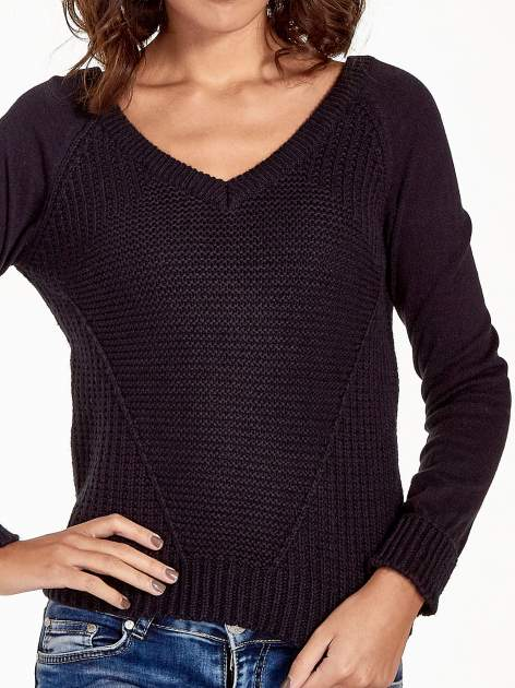 Granatowy sweter z dwustronnym dekoltem w serek                                  zdj.                                  6